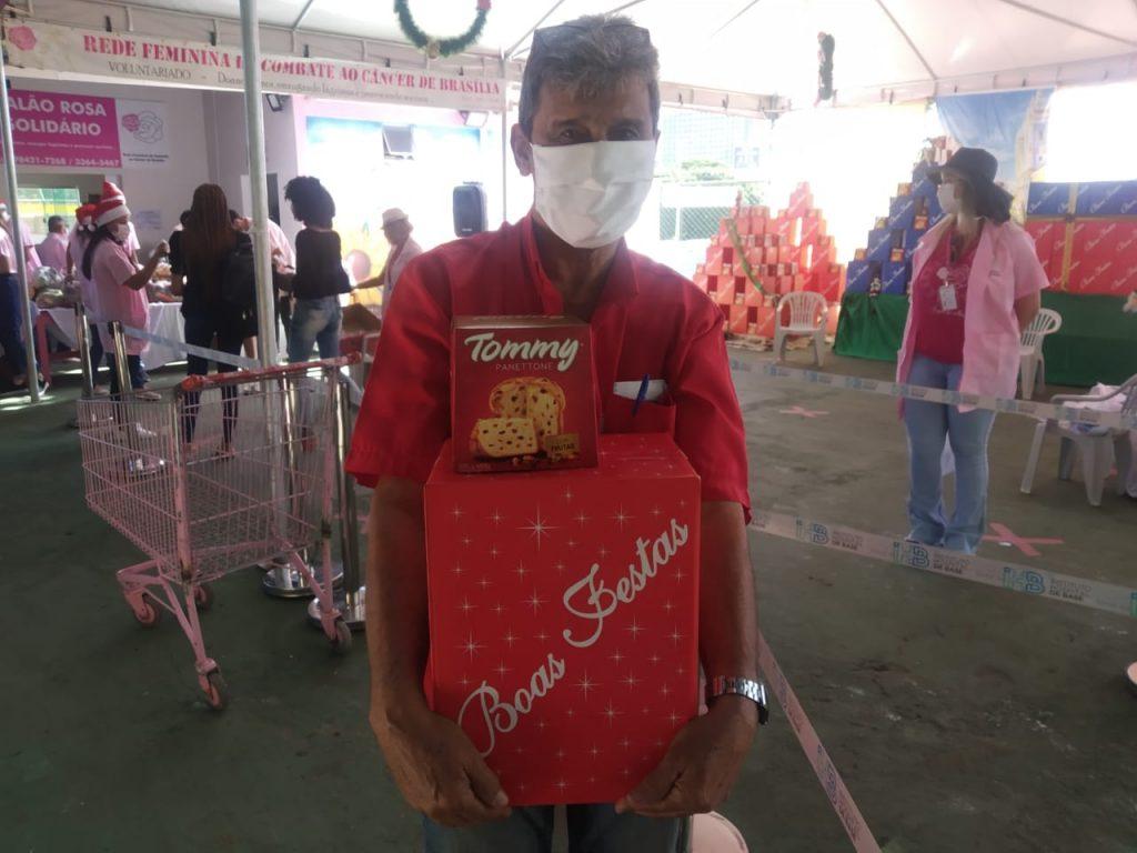 Rodorlino de Brito, de 70 anos, levou um dos kits natalinos da Rede Feminina