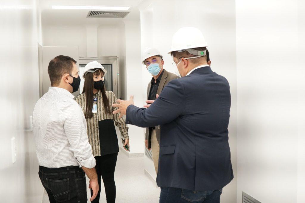 Presidente do Iges e equipe durante visita à nova farmácia de quimioterápicos