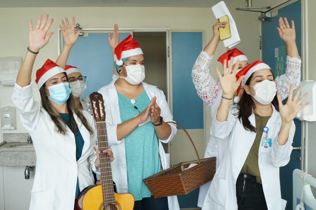 Equipe multiprofissional da oncologia preparou surpresa natalina para os pacientes