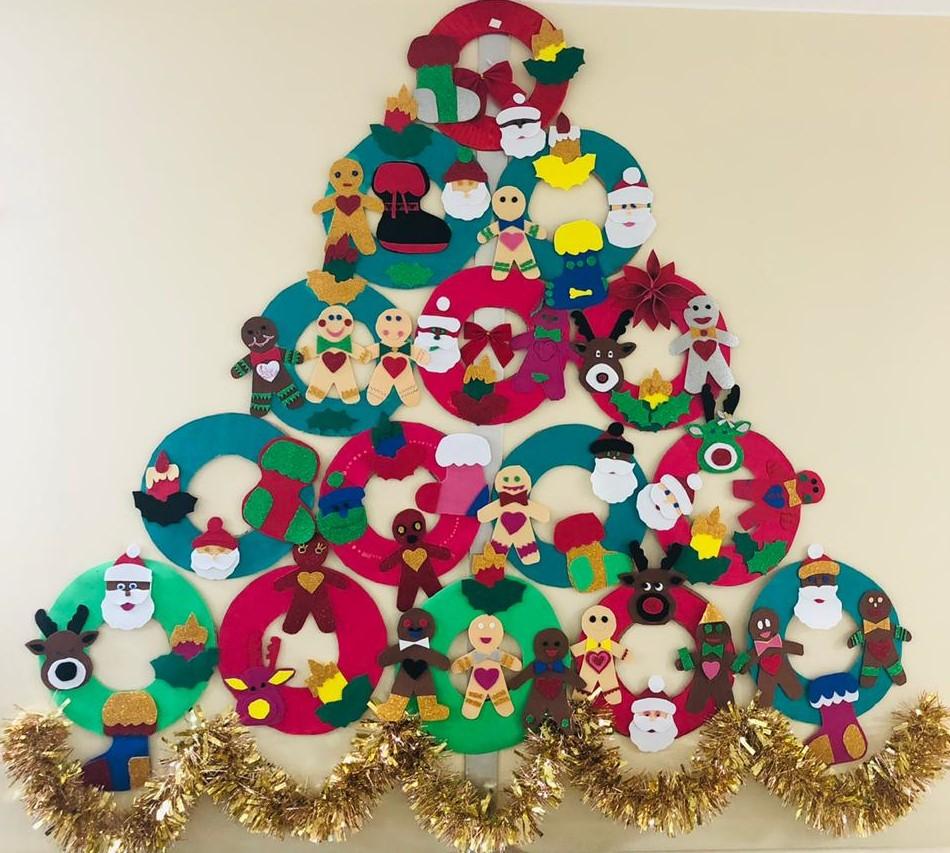 """Equipe da Neurocirurgia fez """"vaquinha"""" para comprar os materiais da árvore de Natal estilizada"""