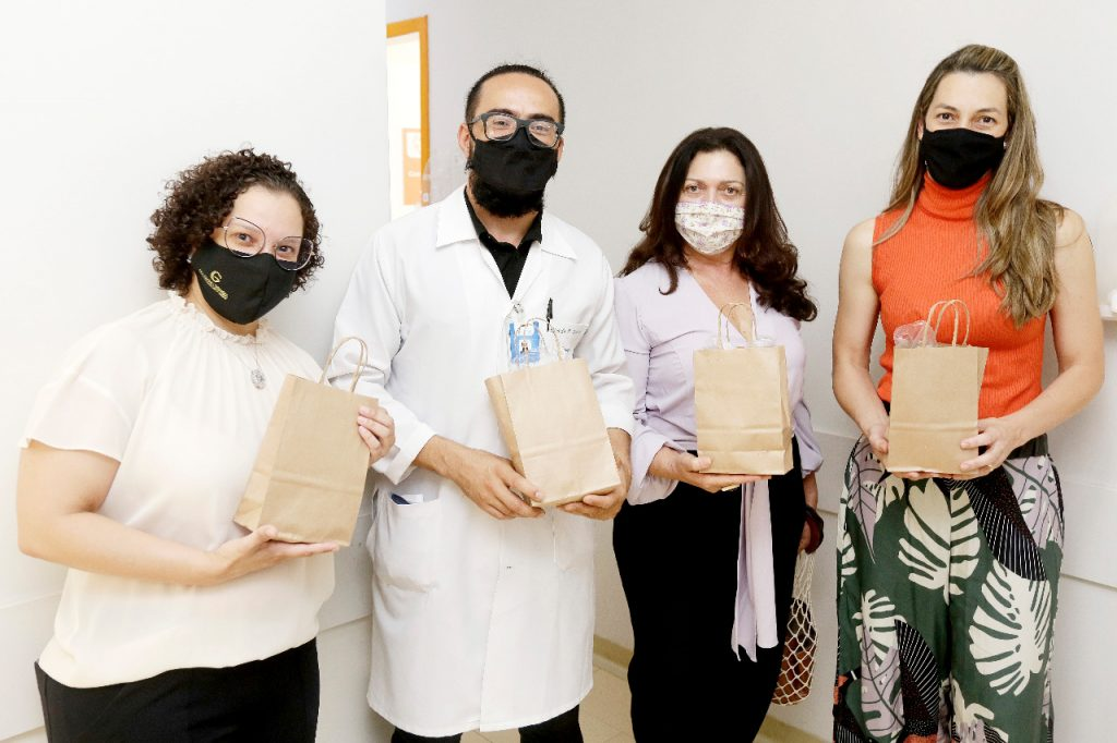 Quatro profissionais do Hospital de Base uniram-se para doar os kits aos pacientes de quimioterapia
