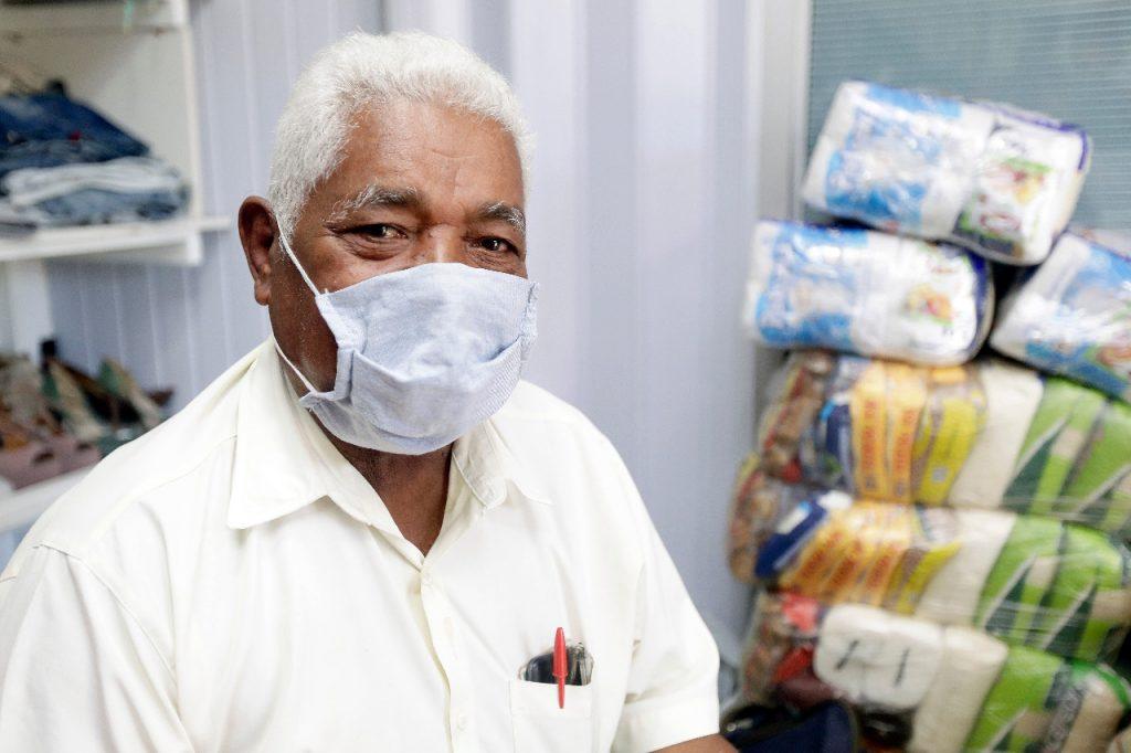 Juvercino Alves, 80 anos, recebeu os donativos e comemorou fim do tratamento