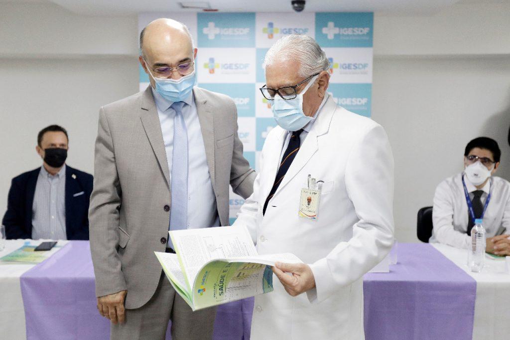 O cardiologista do HB Osório Luis de Almeida recebeu exemplar da revista Saúde e Inovação das mãos do presidente do Iges-DF, Paulo Ricardo Silva