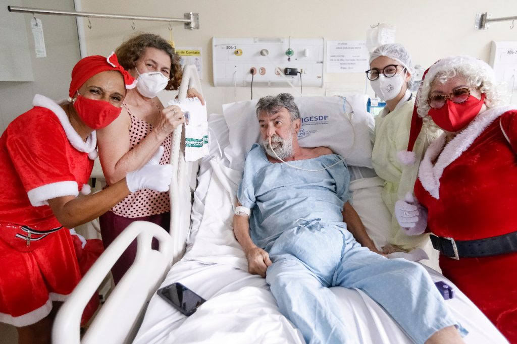 Voluntárias entregaram um kit de higiene para Jorge Carlos da Mota, que se recupera de um tumor na cabeça