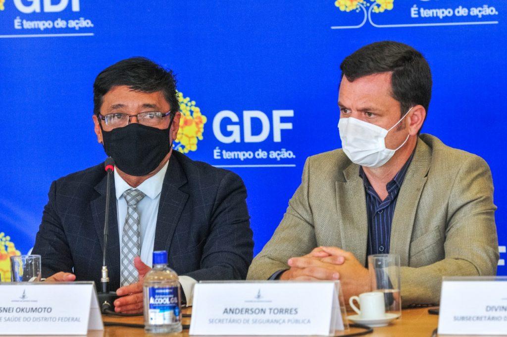 Secretários de Saúde e Segurança, Osnei Okumoto e Anderson Torres, durante entrevista coletiva sobre vacinação no DF