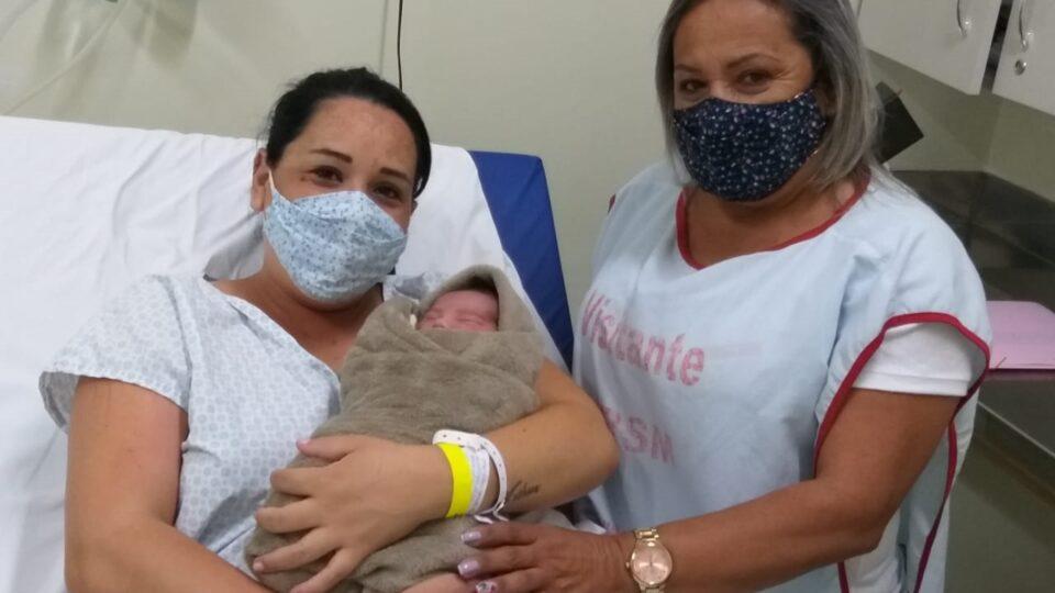 O bebê Ravi nasceu com idade gestacional de 34 semanas, pesando 2,4 kg e medindo 44 centímetros