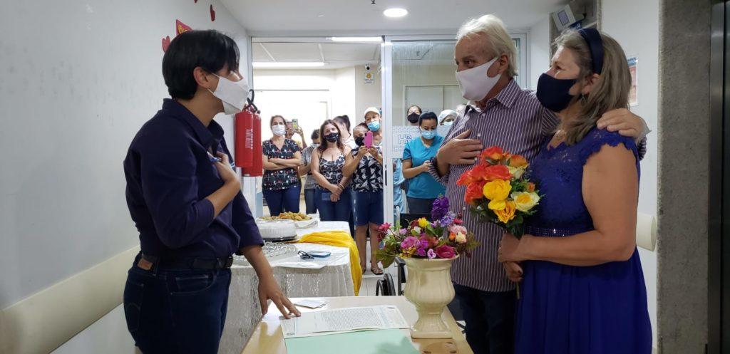 A escrevente Poliana Oliveira se dispôs a vir ao Hospital de Base para oficializar a união