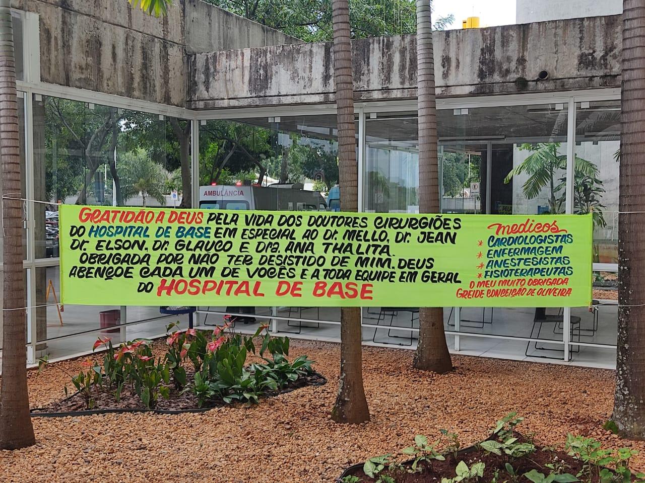 Faixa em frente ao prédio de internação do Hospital de Base